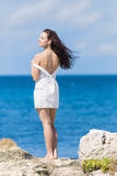 Jeune femme à la mer Photo stock