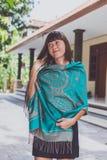 Jeune femme à la mode avec le support d'écharpe de cachemire extérieur Île de Bali photo stock