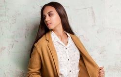 Jeune femme à la mode dans le studio Photos libres de droits