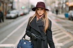 Jeune femme à la mode dans une rue de ville Image libre de droits