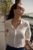 Jeune femme à la mode de brune ayant l'amusement dans la ville image stock