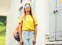 Jeune femme à la mode de portrait de mode Photographie stock libre de droits