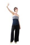 Jeune femme à la mode heureuse de cheveux courts prenant le selfie du sourire courbe à l'appareil-photo Photo libre de droits