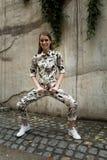 Jeune femme à la mode se tenant dehors Images libres de droits