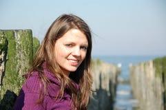 Jeune femme à la plage Images stock