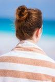 Jeune femme à la plage Image stock