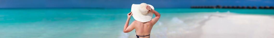 Jeune femme à la plage Photos libres de droits