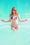 Jeune femme à la plage Photo stock