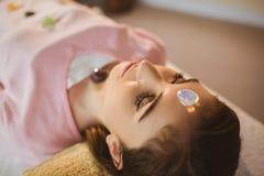 Jeune femme à la session de thérapie par les cristaux photos stock