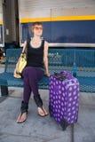 Jeune femme à la station de train Images libres de droits