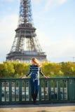 Jeune femme à Paris photo stock