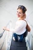 Jeune femme à un aéroport Photos stock