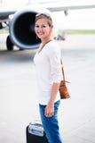 Jeune femme à un aéroport Image libre de droits