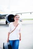 Jeune femme à un aéroport Photographie stock libre de droits