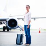 Jeune femme à un aéroport Photo stock