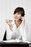 Jeune femme à un téléphone photos libres de droits