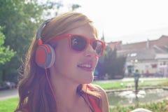 Jeune femme écoutant la musique Photographie stock