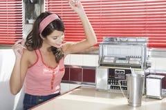 Jeune femme écoutant la musique dans le wagon-restaurant image stock