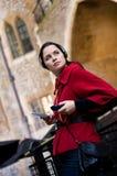 Jeune femme écoutant le guide sonore photographie stock libre de droits