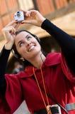 Jeune femme écoutant le guide sonore photo libre de droits