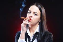 Jeune femme élégant avec le cigare Image libre de droits