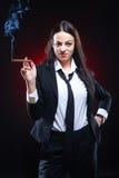 Jeune femme élégant avec le cigare Images stock