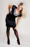 Jeune femme élégant dans la robe noire Images libres de droits
