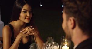 Jeune femme élégante appréciant une date de dîner banque de vidéos