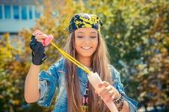 Jeune femme élégante avec des bulles de savon photos libres de droits