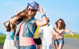 Jeune femme élégante dans des lunettes de soleil Photo libre de droits