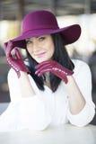 Jeune femme élégante dans le chapeau et les gants de Bourgogne Photographie stock libre de droits