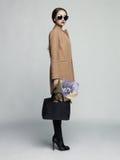 Jeune femme élégante dans le manteau beige Image stock