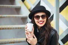 Jeune femme élégante dans un café de rue de ville ou le thé se reposant et potable images libres de droits