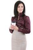 Jeune femme élégante de brune avec du café d'isolement sur le blanc Photo libre de droits