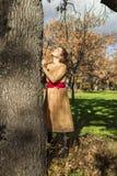 Jeune femme élégante de portrait recherchant un arbre aspirational ambiant photographie stock libre de droits