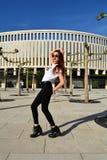 Jeune femme élégante modelant sur la rue Séance photos de mode Photographie stock