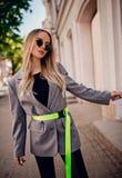 Jeune femme élégante posant sur la rue photos stock