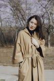 Jeune femme élégante pour une promenade Photos stock
