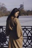 Jeune femme élégante pour une promenade elle s'est habillée et des regards très à la mode Image libre de droits