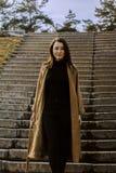 Jeune femme élégante pour une promenade elle s'est habillée et des regards très à la mode Images stock
