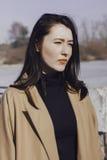 Jeune femme élégante pour une promenade elle s'est habillée et des regards très à la mode Photographie stock libre de droits