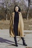 Jeune femme élégante pour une promenade elle s'est habillée et des regards très à la mode Image stock