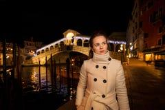 Jeune femme élégante Rialto Temps de Noël à Venise, Italie Photos stock
