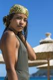 Jeune femme élégante se tenant sur une plage Images libres de droits