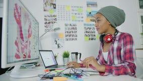 Jeune femme élégante travaillant dans le bureau clips vidéos