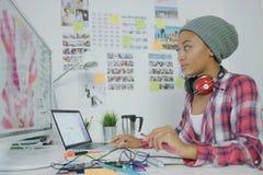 Jeune femme élégante travaillant dans le bureau image libre de droits