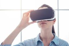 Jeune femme éprouvant la réalité virtuelle Images stock