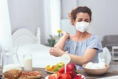 Jeune femme éprouvant une allergie d'oeufs image libre de droits