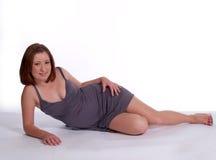 Jeune femme étendu dans la robe Photographie stock libre de droits