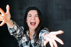 Jeune femme ?tirant l'excitation de bonheur de bras photo libre de droits